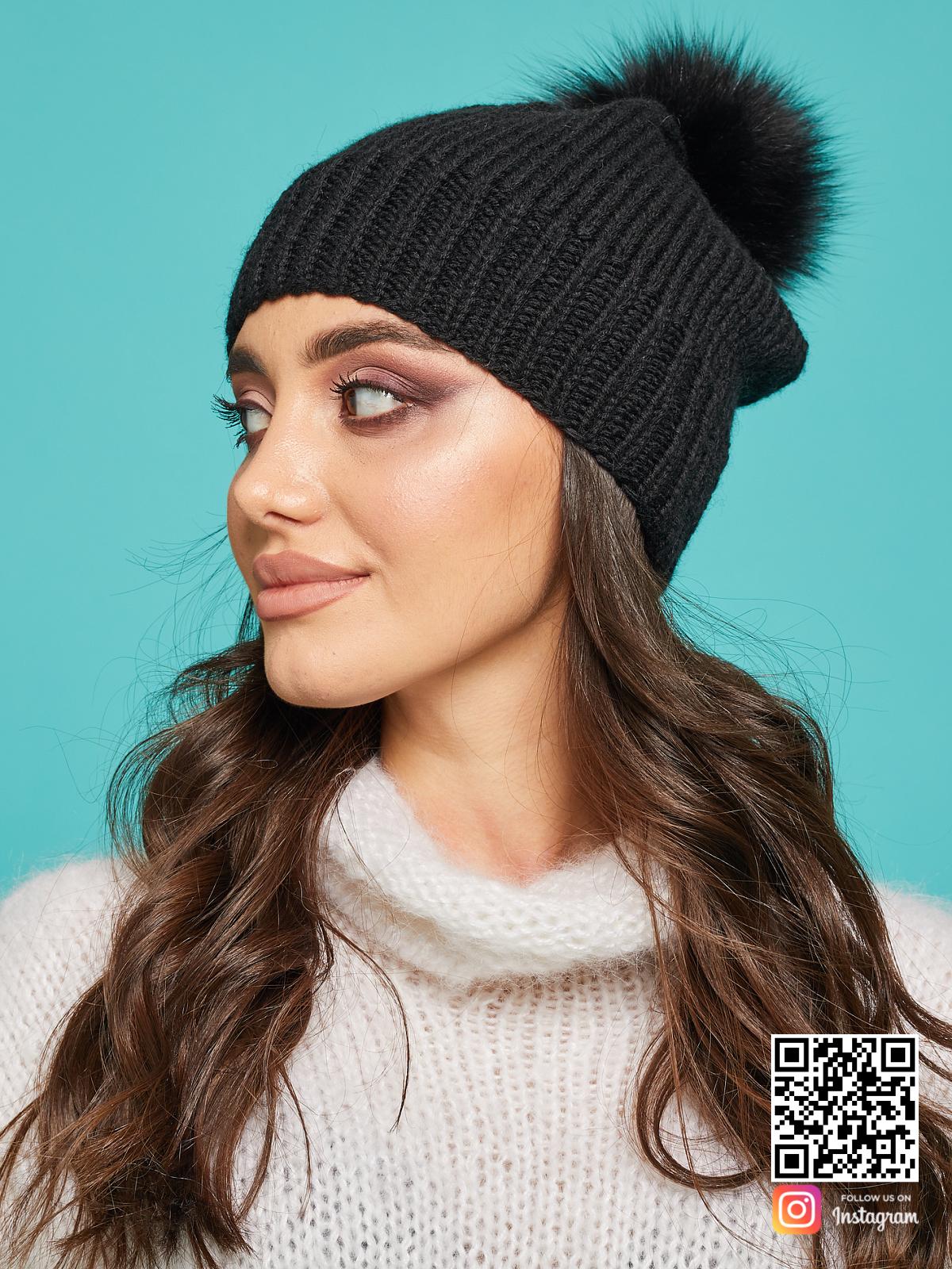На второй фотографии женская черная шапка с помпоном от Shapar, бренда вязаной одежды и головных уборов ручной работы в интернет-магазине связанных спицами вещей.