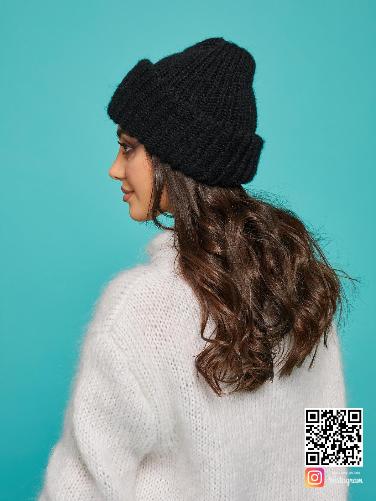 На третьей фотографии шерстяная черная вязаная шапка женская от Shapar, бренда одежды и головных уборов ручной работы в интернет-магазине связанных спицами вещей.