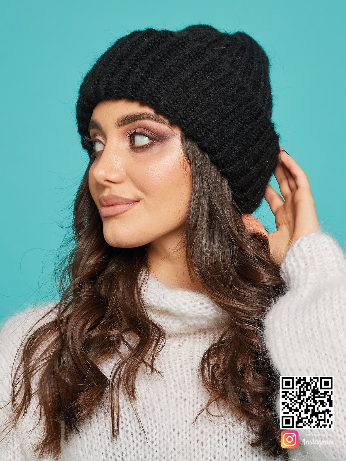 На второй фотографии теплая черная вязаная шапка женская от Shapar, бренда одежды и головных уборов ручной работы в интернет-магазине связанных спицами вещей.