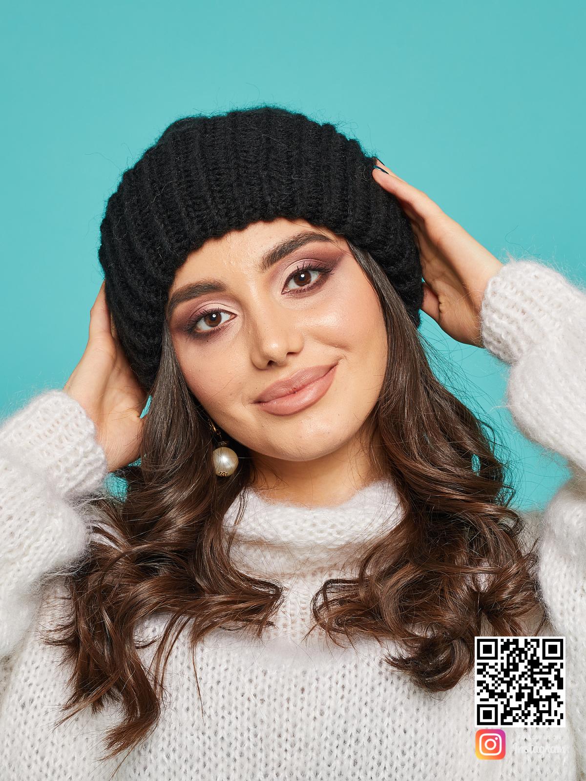На пятой фотографии стильная черная вязаная шапка женская от Shapar, бренда одежды и головных уборов ручной работы в интернет-магазине связанных спицами вещей.