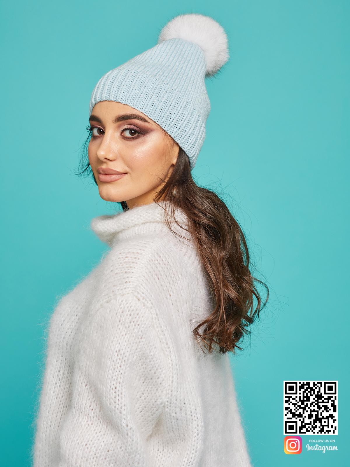 На третьей фотографии теплая голубая шапка с помпоном от Shapar, бренда вязаной одежды и головных уборов ручной работы в интернет-магазине связанных спицами вещей.