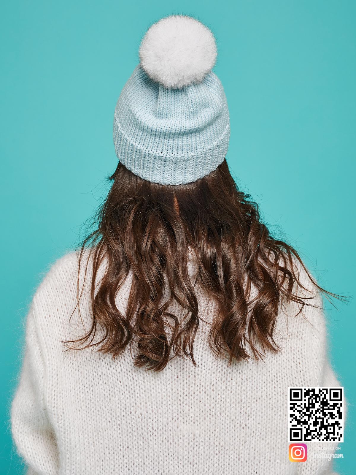 На четвертой фотографии голубая шапка с помпоном со спины от Shapar, бренда вязаной одежды и головных уборов ручной работы в интернет-магазине связанных спицами вещей.