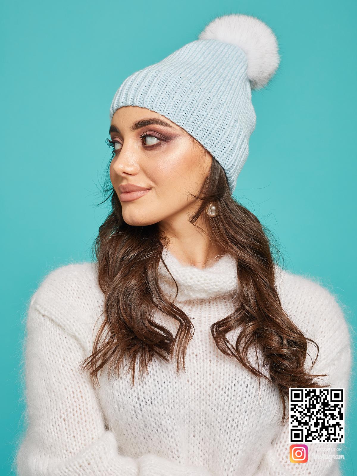 На второй фотографии женская голубая шапка с помпоном от Shapar, бренда вязаной одежды и головных уборов ручной работы в интернет-магазине связанных спицами вещей.
