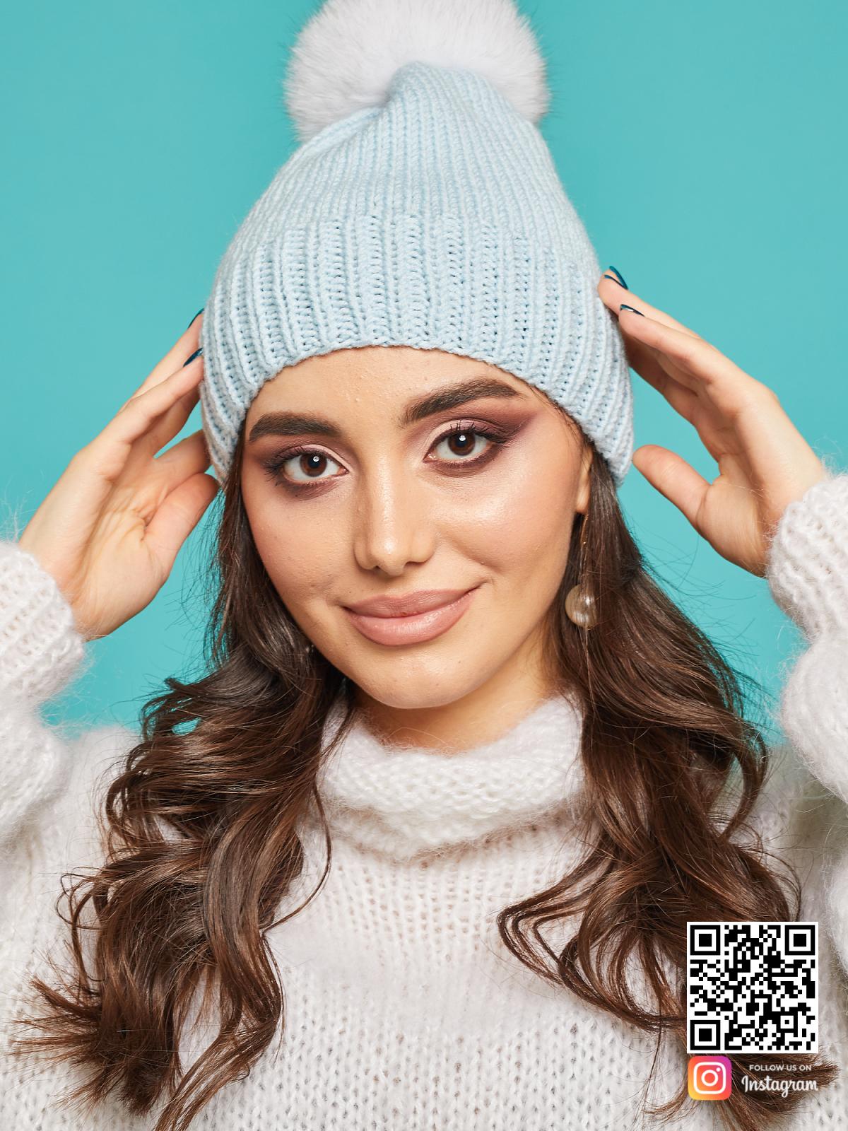 На пятой фотографии нежно-голубая шапка с помпоном для девушек от Shapar, бренда вязаной одежды и головных уборов ручной работы в интернет-магазине связанных спицами вещей.