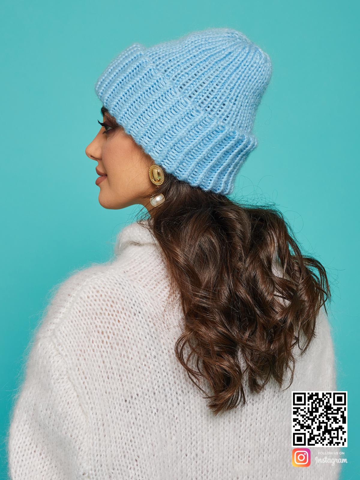 На четвертой фотографии теплая голубая вязаная шапка от Shapar, бренда одежды и головных уборов ручной работы в интернет-магазине связанных спицами вещей.