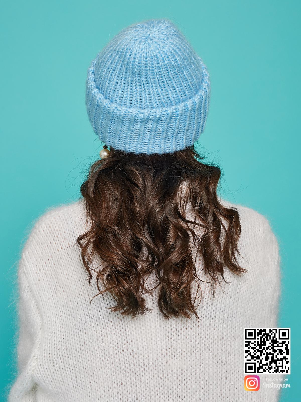 На пятой фотографии голубая вязаная шапка со спины от Shapar, бренда одежды и головных уборов ручной работы в интернет-магазине связанных спицами вещей.