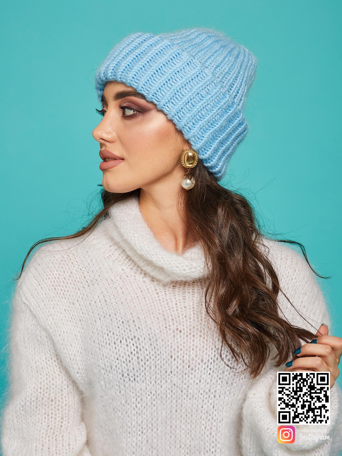 На третьей фотографии голубая вязаная шапка для девушек от Shapar, бренда одежды и головных уборов ручной работы в интернет-магазине связанных спицами вещей.