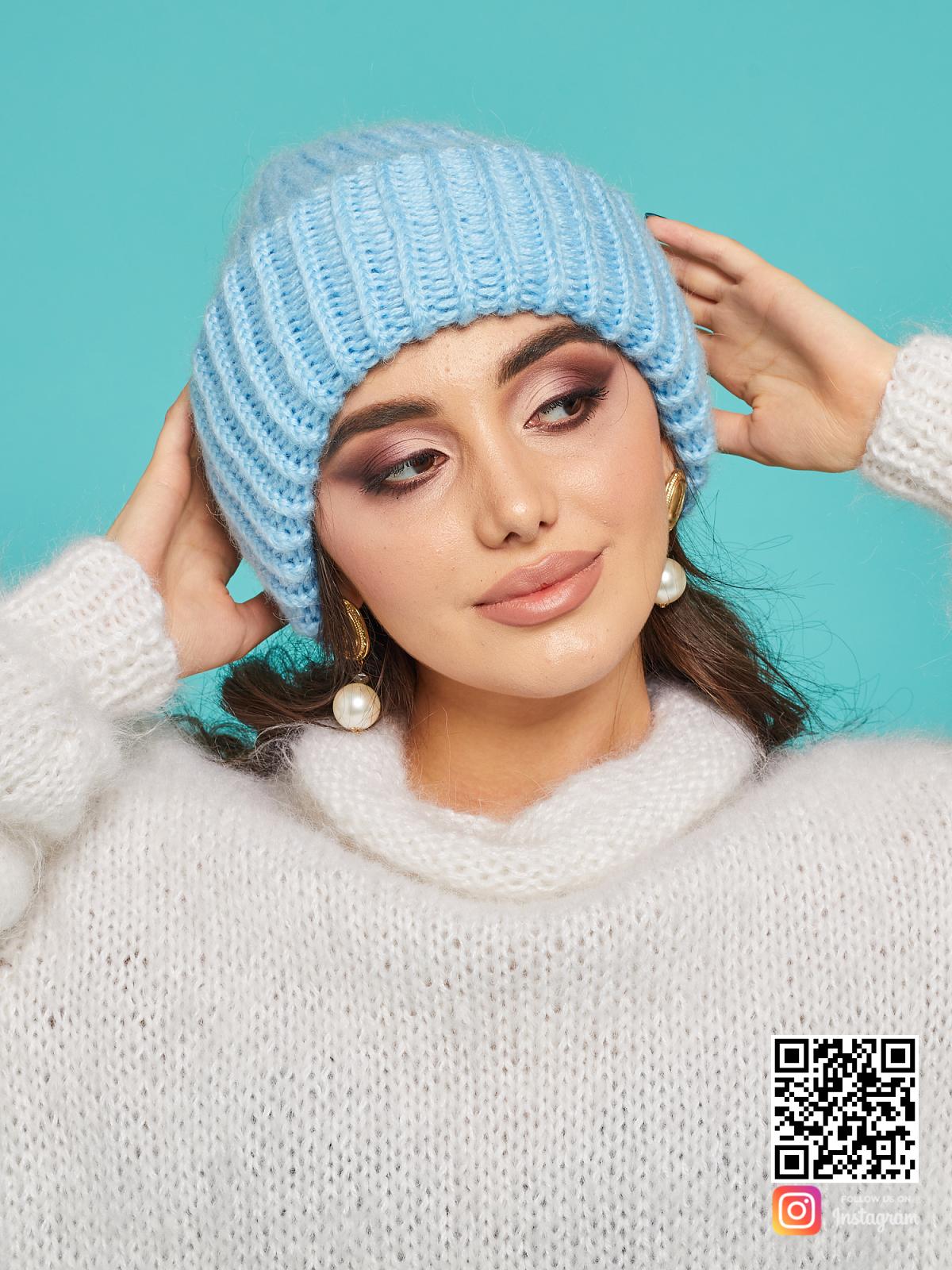 На шестой фотографии голубая вязаная шапка из мериносовой шерсти от Shapar, бренда одежды и головных уборов ручной работы в интернет-магазине связанных спицами вещей.