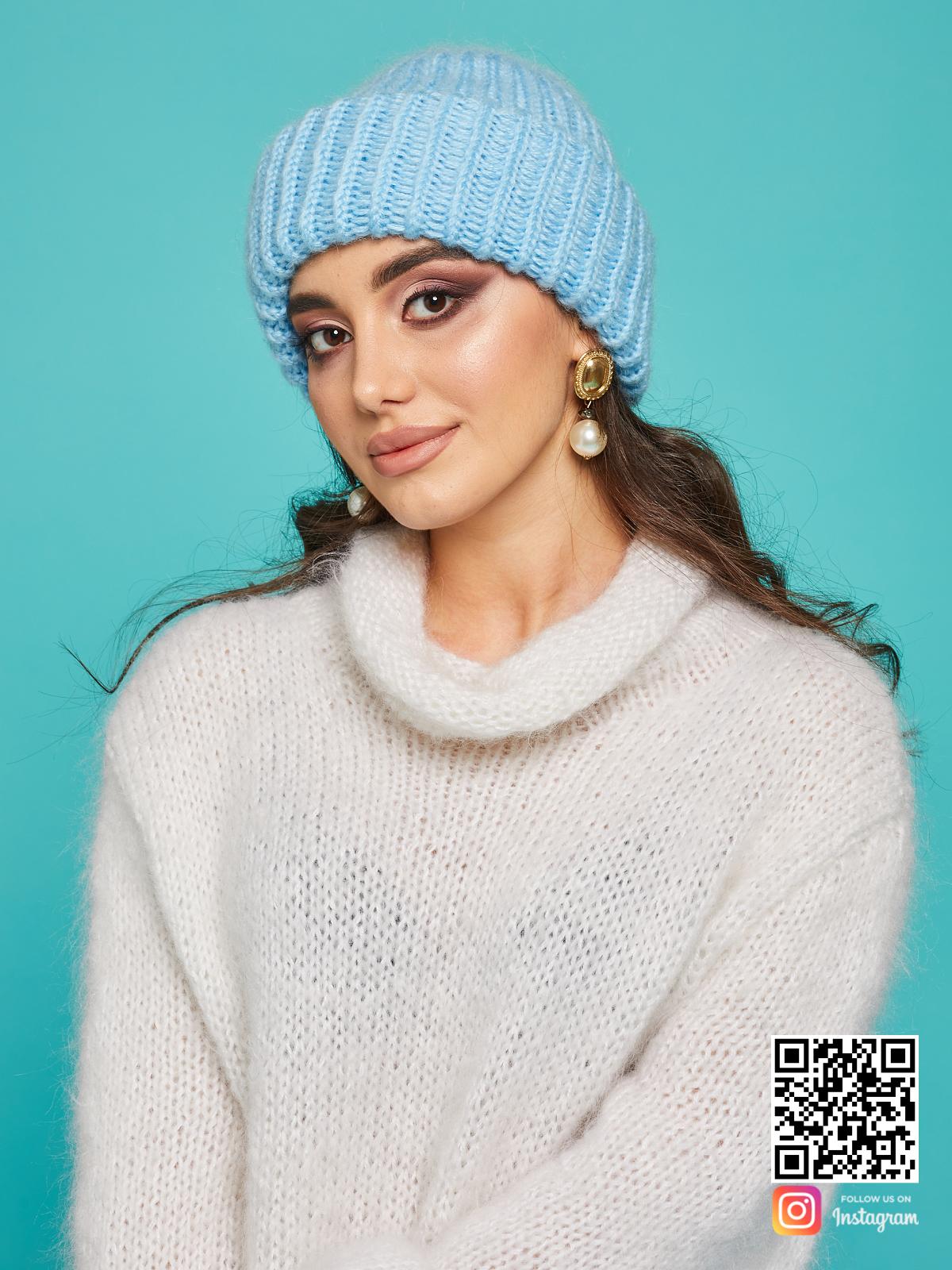На седьмой фотографии модная вязаная шапка голубого цвета от Shapar, бренда одежды и головных уборов ручной работы в интернет-магазине связанных спицами вещей.
