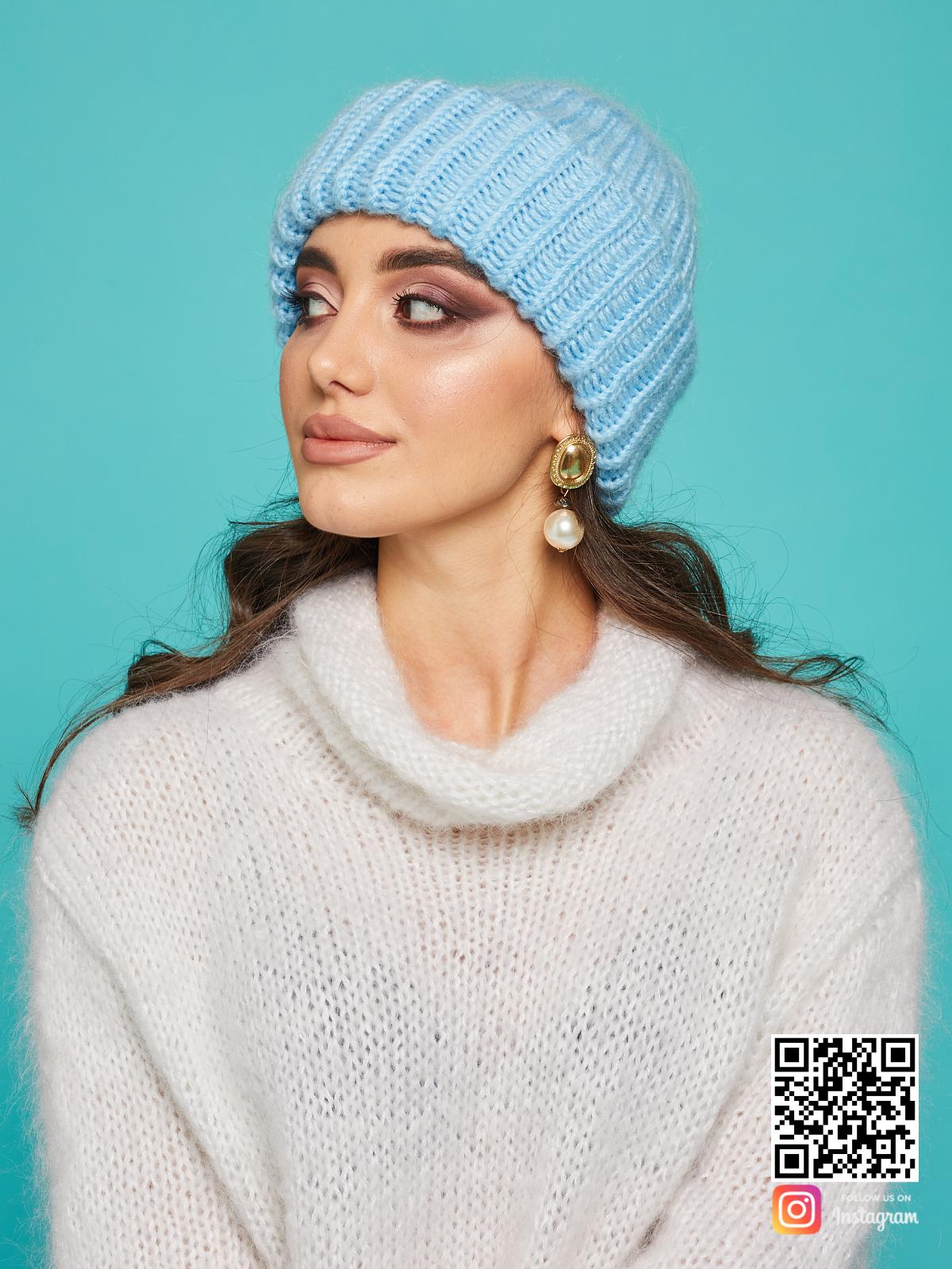 На второй фотографии женская голубая вязаная шапка от Shapar, бренда одежды и головных уборов ручной работы в интернет-магазине связанных спицами вещей.