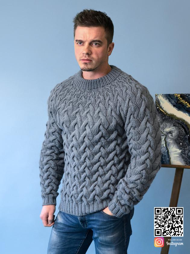 На фотографии мужской серый свитер косами от Shapar, бренда вязаной одежды ручной работы в интернет-магазине связанных спицами вещей.