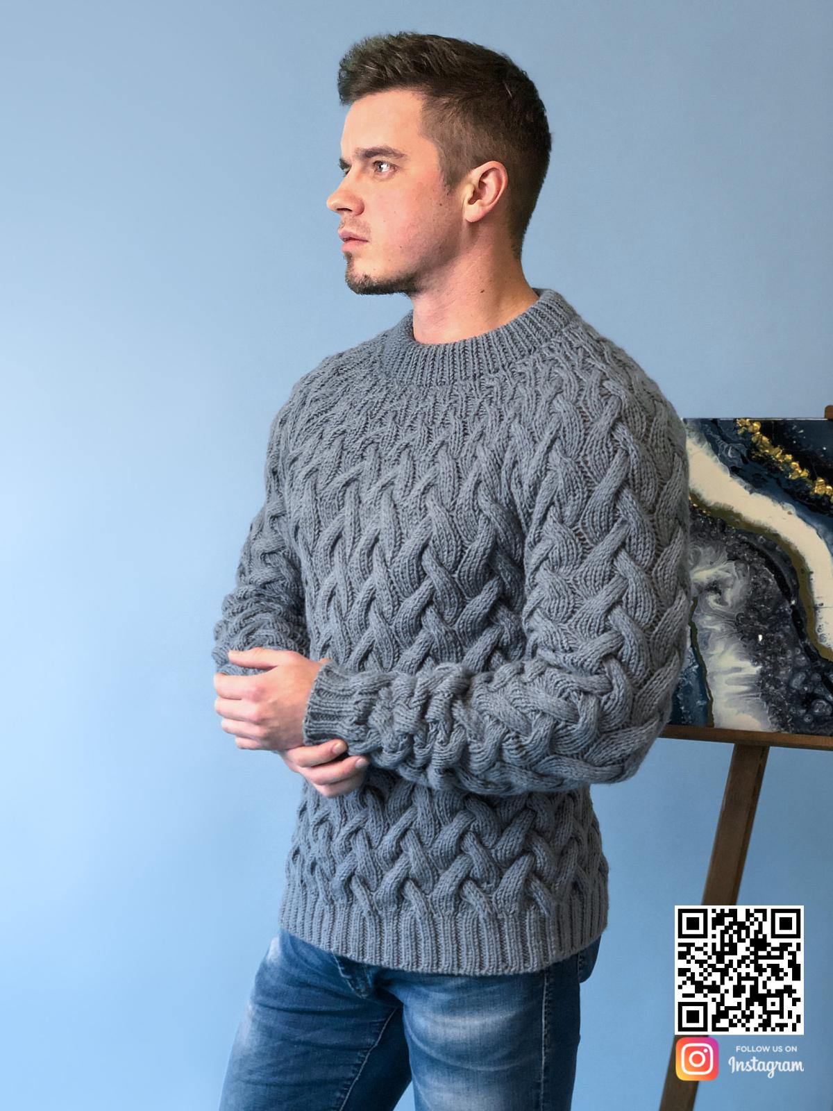 На второй фотографии мужской свитер косами се от Shapar, бренда вязаной одежды ручной работы в интернет-магазине связанных спицами вещей.