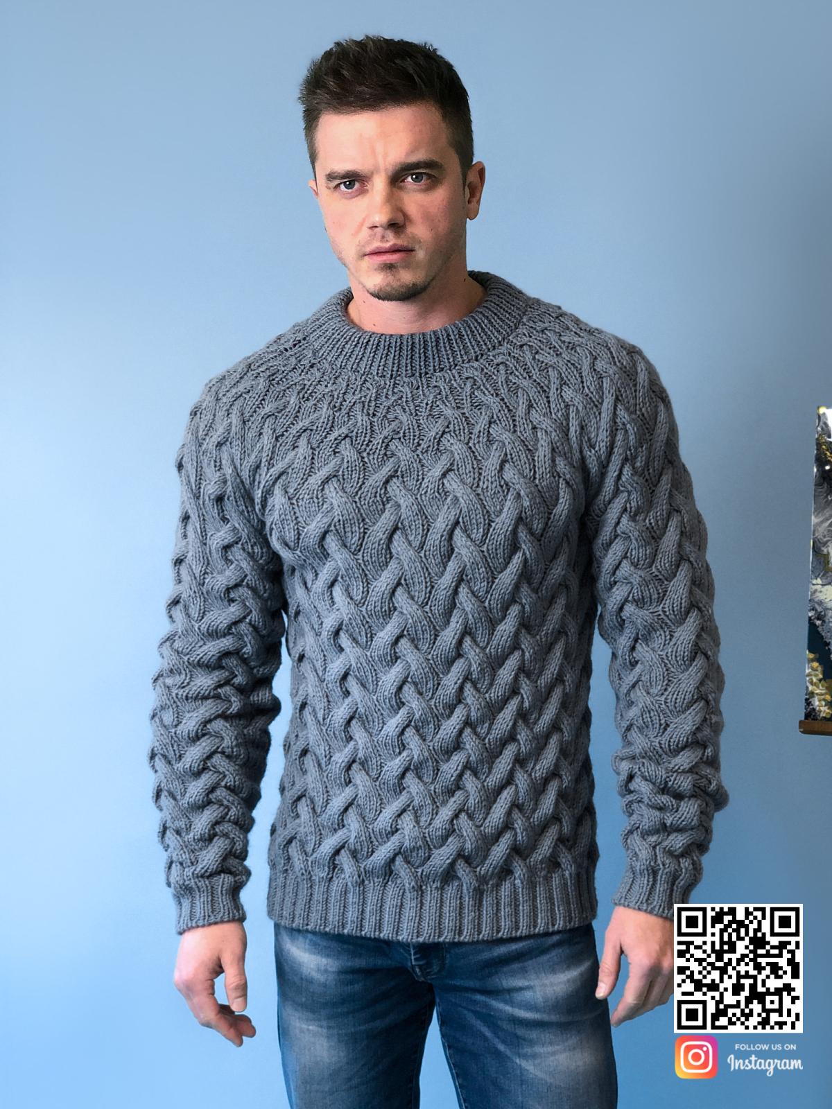 На шестой фотографии стильный мужской серый свитер косами от Shapar, бренда вязаной одежды ручной работы в интернет-магазине связанных спицами вещей.