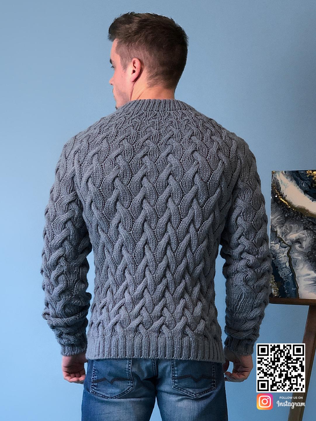 На третьей фотографии мужской серый свитер косами со спины от Shapar, бренда вязаной одежды ручной работы в интернет-магазине связанных спицами вещей.