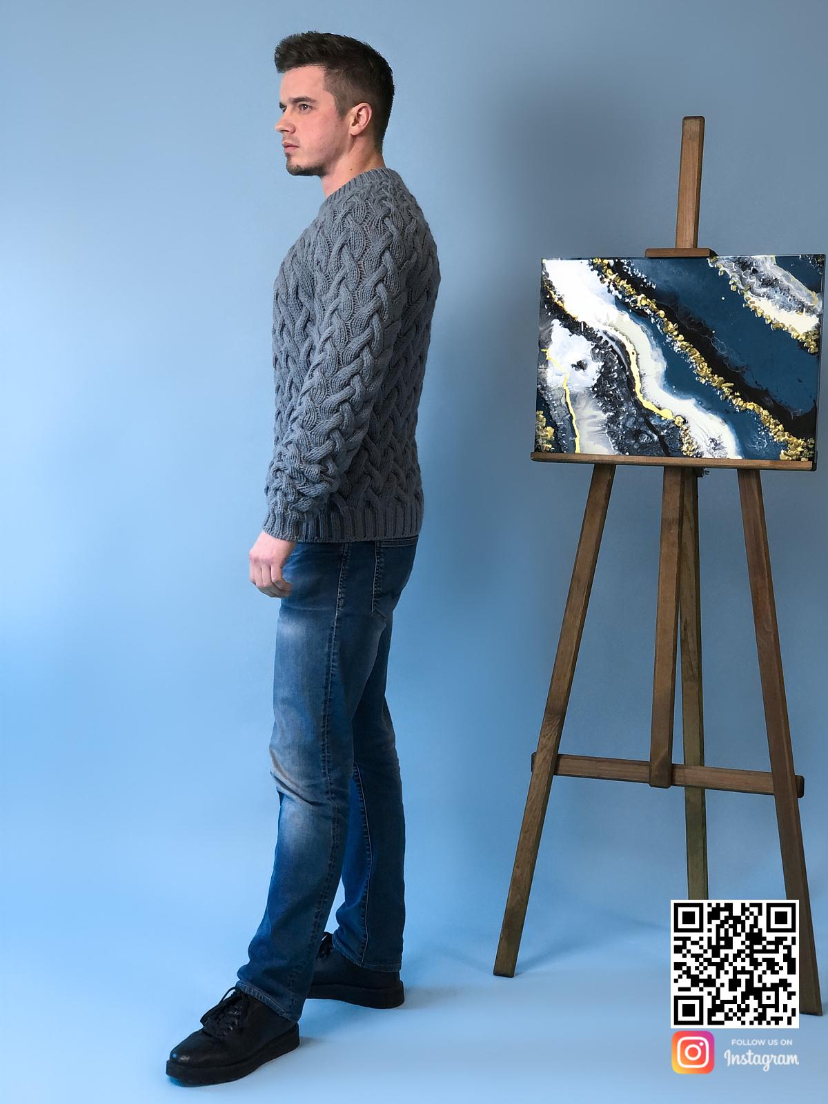 На пятой фотографии мужской шерстяной свитер косами от Shapar, бренда вязаной одежды ручной работы в интернет-магазине связанных спицами вещей.