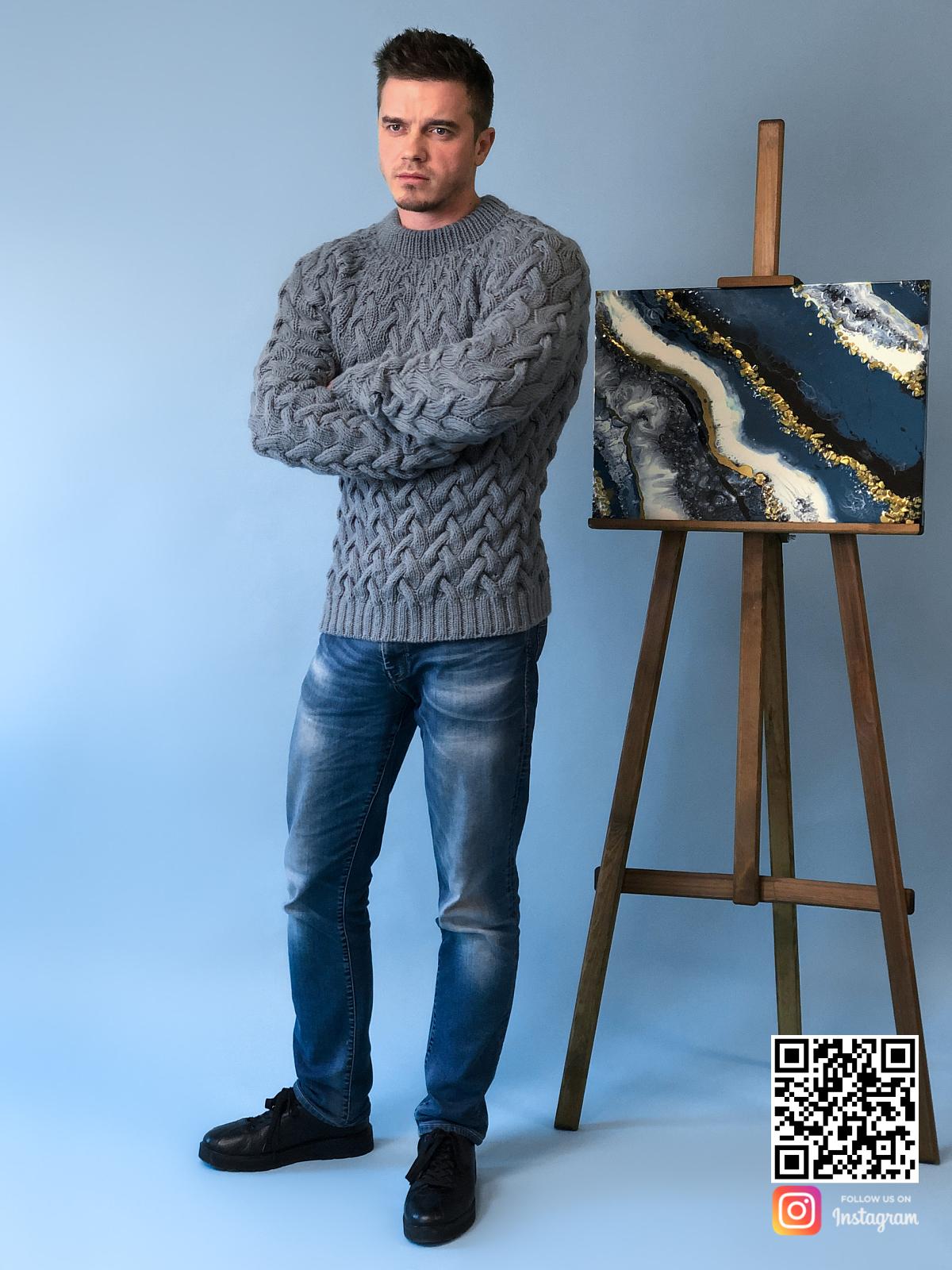 На четвертой фотографии теплый серый свитер с косами для мужчин от Shapar, бренда вязаной одежды ручной работы в интернет-магазине связанных спицами вещей.