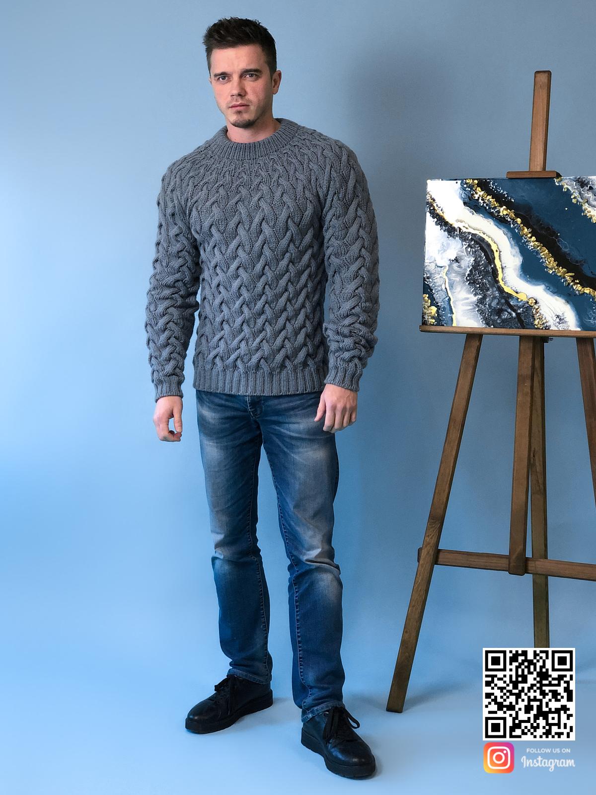 На седьмой фотографии модный серый свитер косами для мужчины от Shapar, бренда вязаной одежды ручной работы в интернет-магазине связанных спицами вещей.