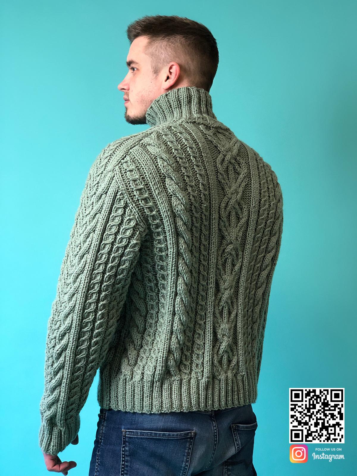 На второй фотографии мужской шерстяной свитер с горлом со спины от Shapar, бренда вязаной одежды ручной работы в интернет-магазине связанных спицами вещей.