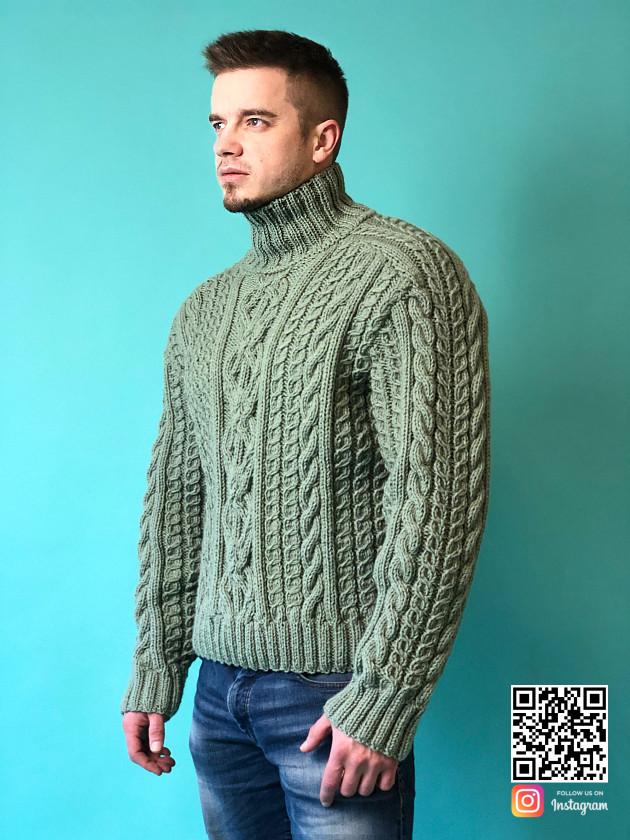 На фотографии мужской шерстяной свитер с горлом от Shapar, бренда вязаной одежды ручной работы в интернет-магазине связанных спицами вещей.