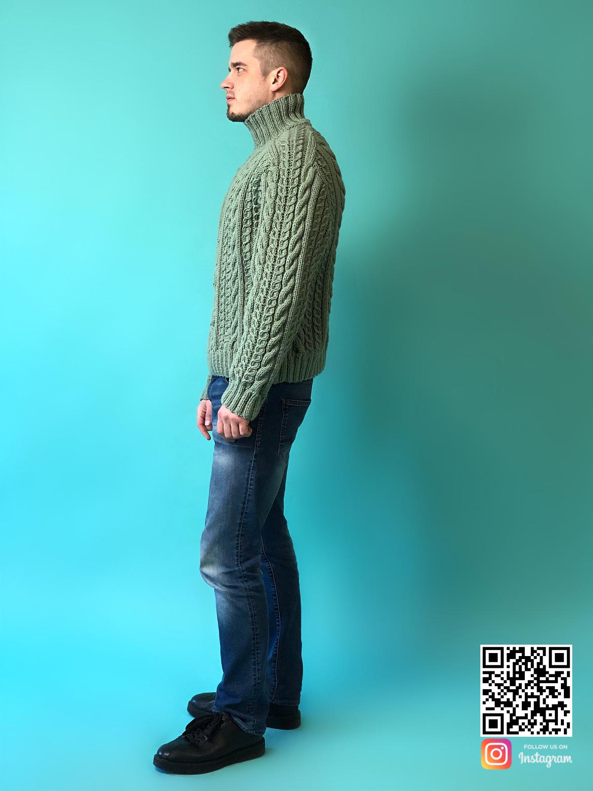На пятой фотографии мужской шерстяной свитер с горлом в косах от Shapar, бренда вязаной одежды ручной работы в интернет-магазине связанных спицами вещей.
