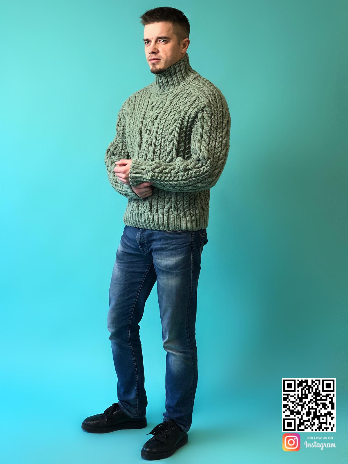 На четвертой фотографии стильный мужской шерстяной свитер с горлом от Shapar, бренда вязаной одежды ручной работы в интернет-магазине связанных спицами вещей.