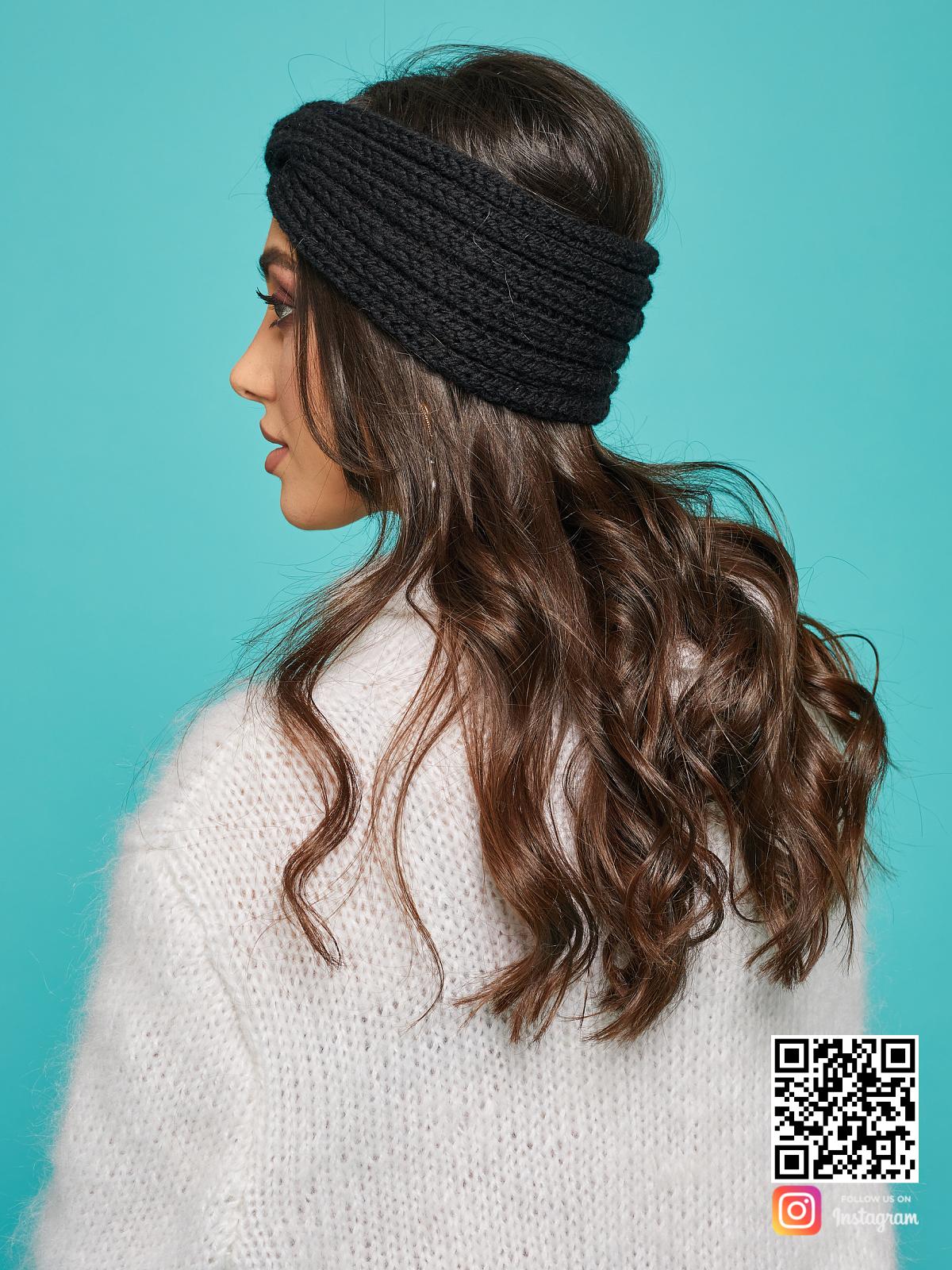 На третьей фотографии теплая повязка на голову черная вязаная от Shapar, бренда одежды ручной работы в интернет-магазине связанных спицами вещей.