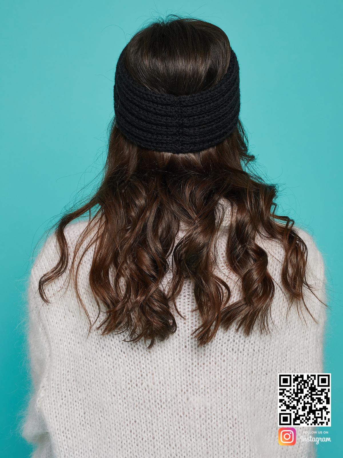 На четвертой фотографии повязка на голову черная вязаная со спины от Shapar, бренда одежды ручной работы в интернет-магазине связанных спицами вещей.