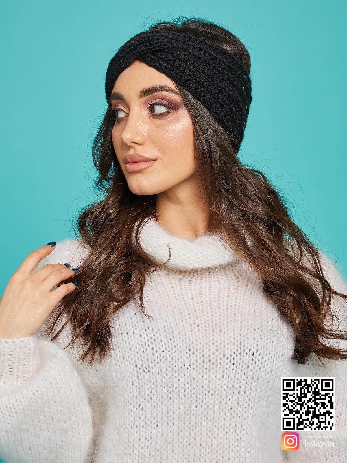 На шестой фотографии стильная повязка на голову черная вязаная от Shapar, бренда одежды ручной работы в интернет-магазине связанных спицами вещей.