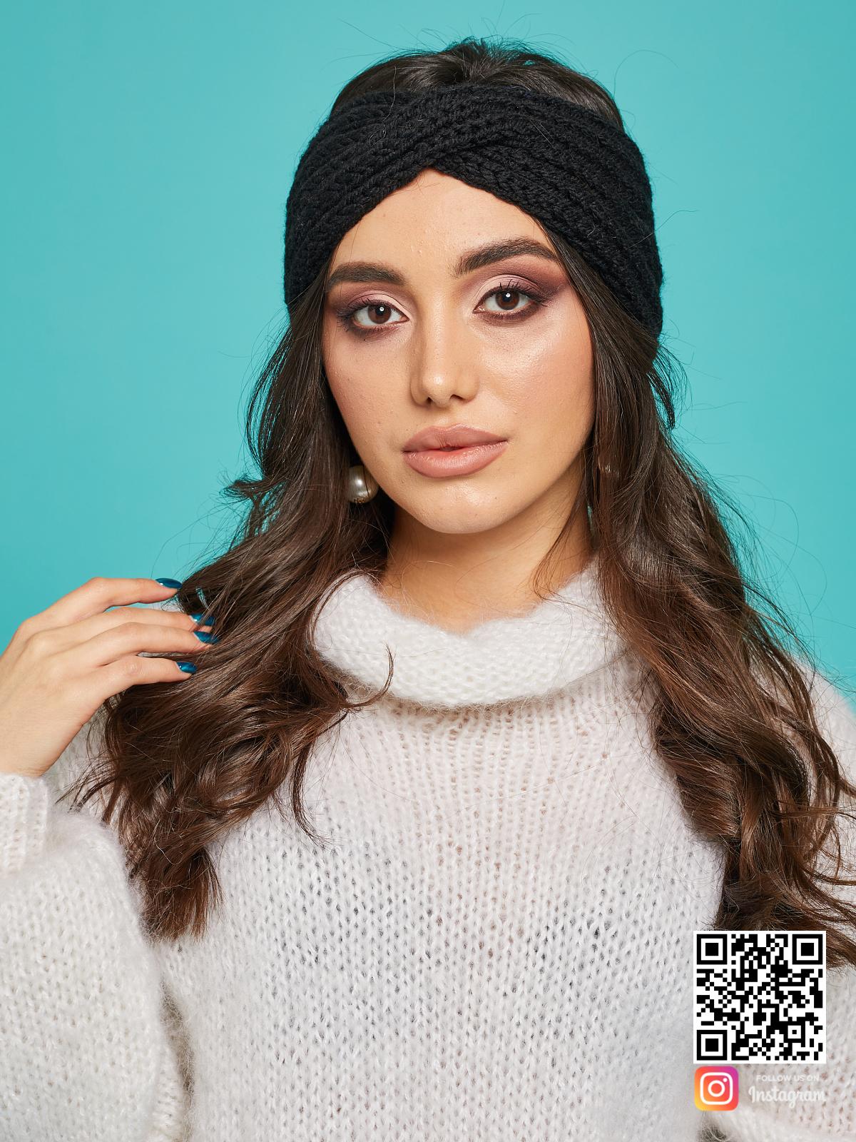 На фотографии повязка на голову черная вязаная от Shapar, бренда одежды ручной работы в интернет-магазине связанных спицами вещей.