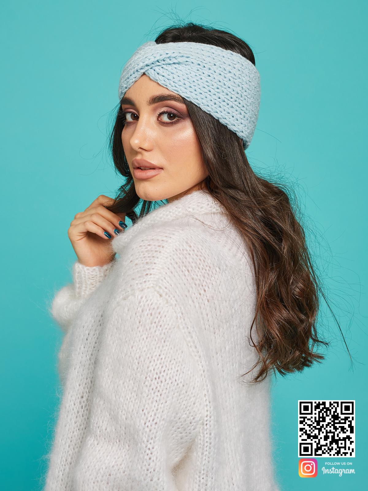 На четвертой фотографии модная повязка на голову голубая для девушек от Shapar, бренда вязаной одежды ручной работы в интернет-магазине связанных спицами вещей.