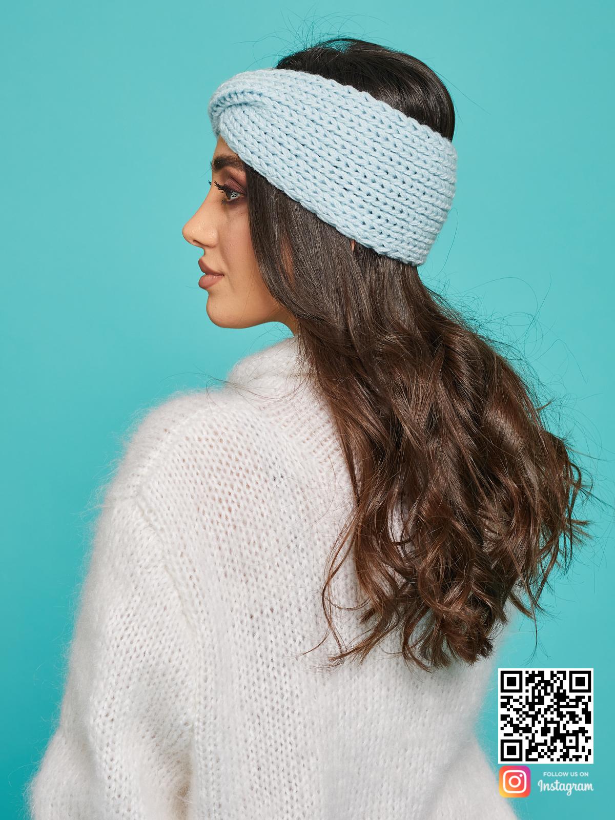 На третьей фотографии теплая повязка на голову голубая от Shapar, бренда вязаной одежды ручной работы в интернет-магазине связанных спицами вещей.