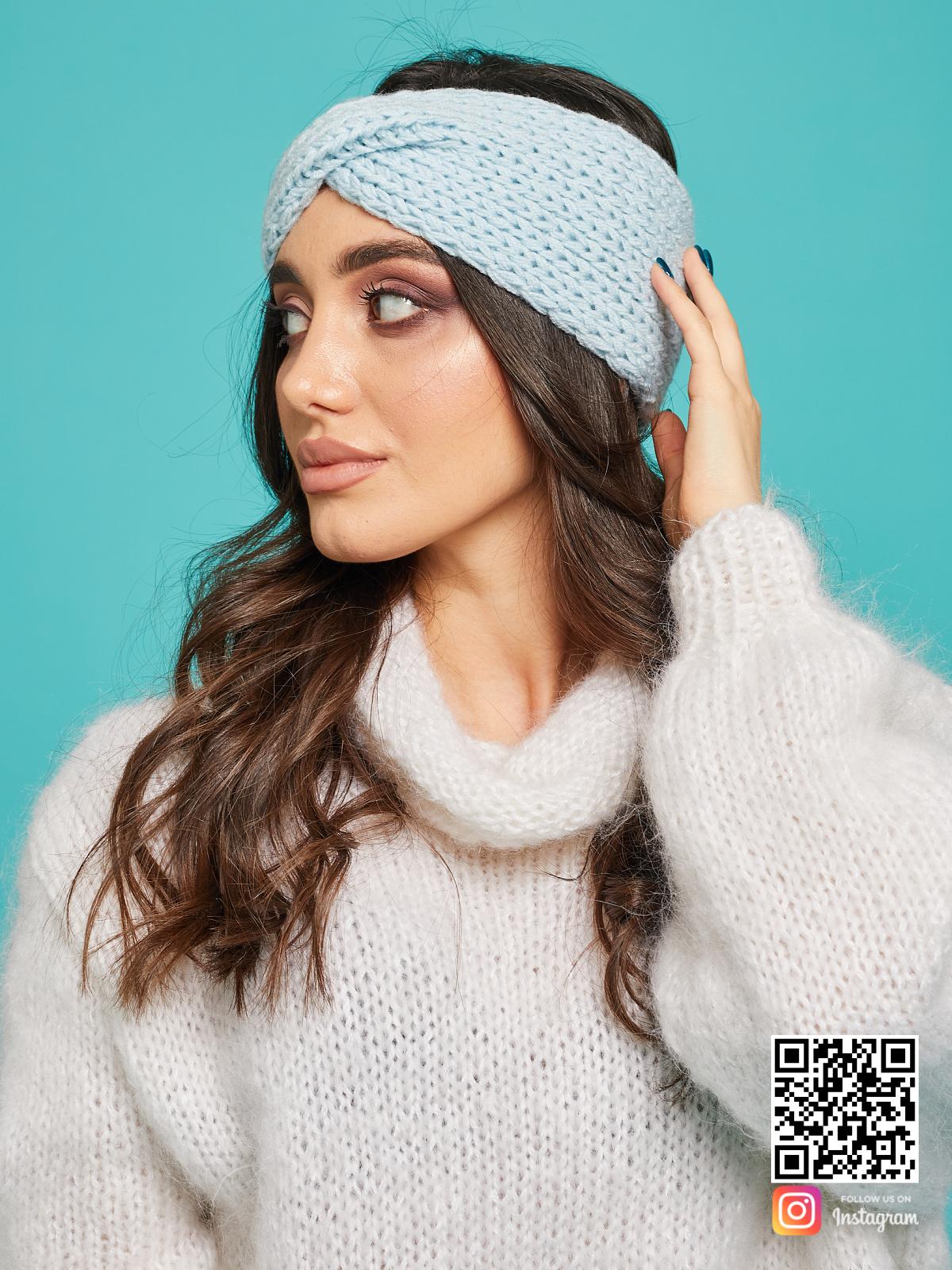 На второй фотографии женская повязка на голову голубая от Shapar, бренда вязаной одежды ручной работы в интернет-магазине связанных спицами вещей.