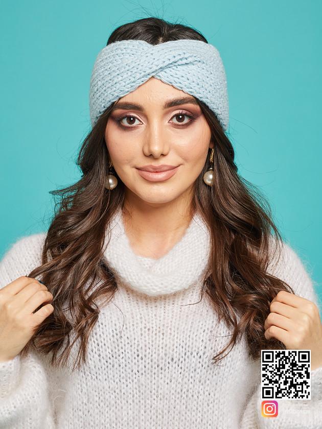 На фотографии повязка на голову голубая от Shapar, бренда вязаной одежды ручной работы в интернет-магазине связанных спицами вещей.