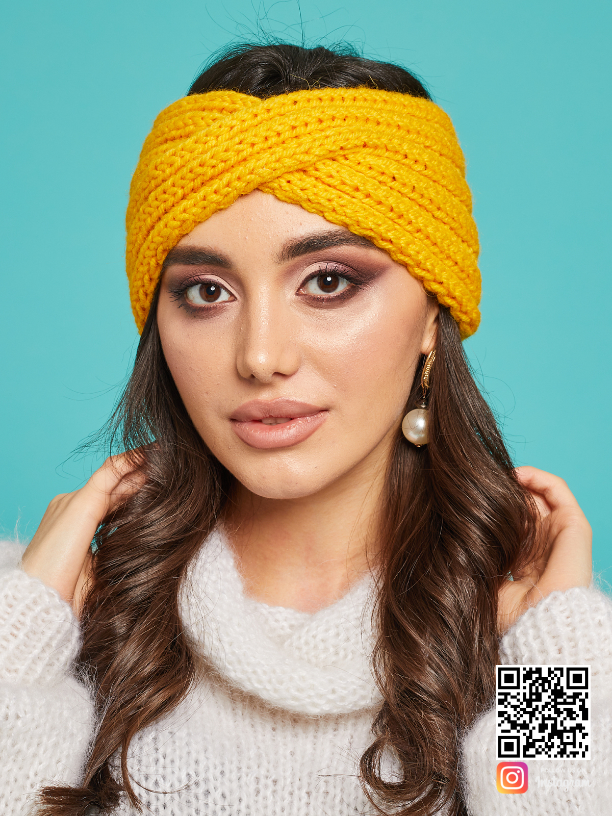 На фотографии повязка на голову желтая от Shapar, бренда вязаной одежды ручной работы в интернет-магазине связанных спицами вещей.