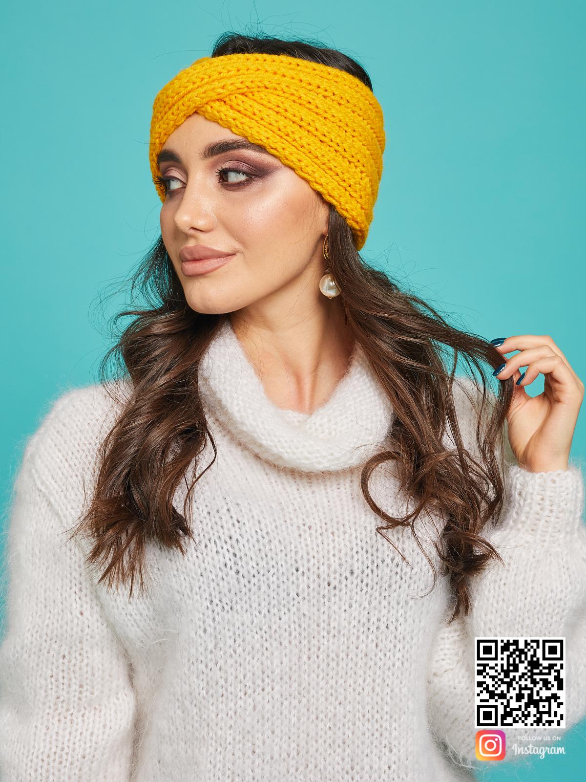 На второй фотографии женская повязка на голову желтая от Shapar, бренда вязаной одежды ручной работы в интернет-магазине связанных спицами вещей.