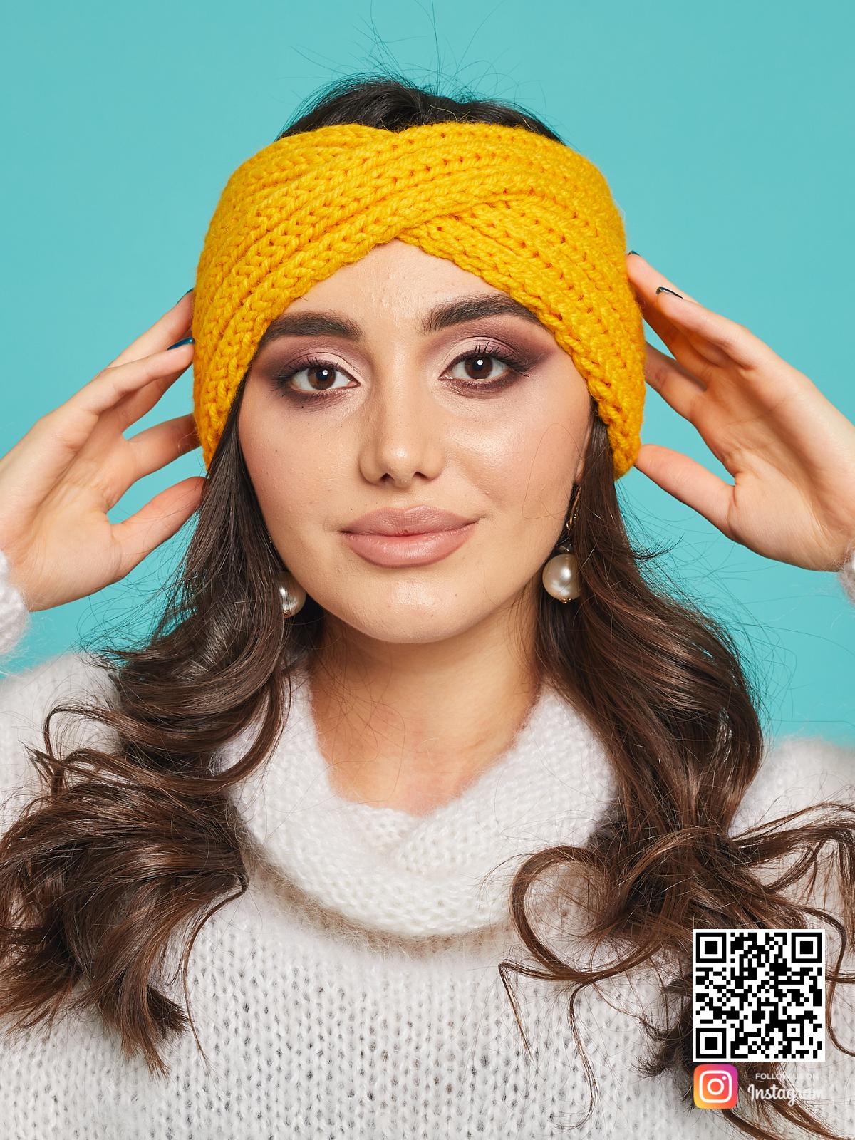 На четвертой фотографии яркая повязка на голову желтая от Shapar, бренда вязаной одежды ручной работы в интернет-магазине связанных спицами вещей.