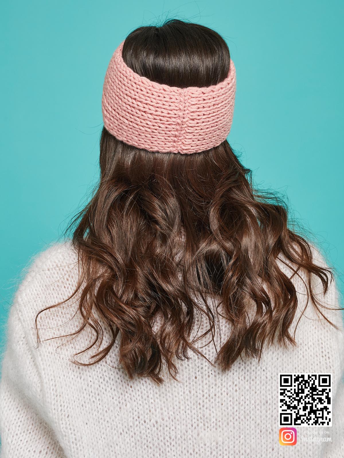 На третьей фотографии розовая повязка на голову со спины от Shapar, бренда вязаной одежды ручной работы в интернет-магазине связанных спицами вещей.