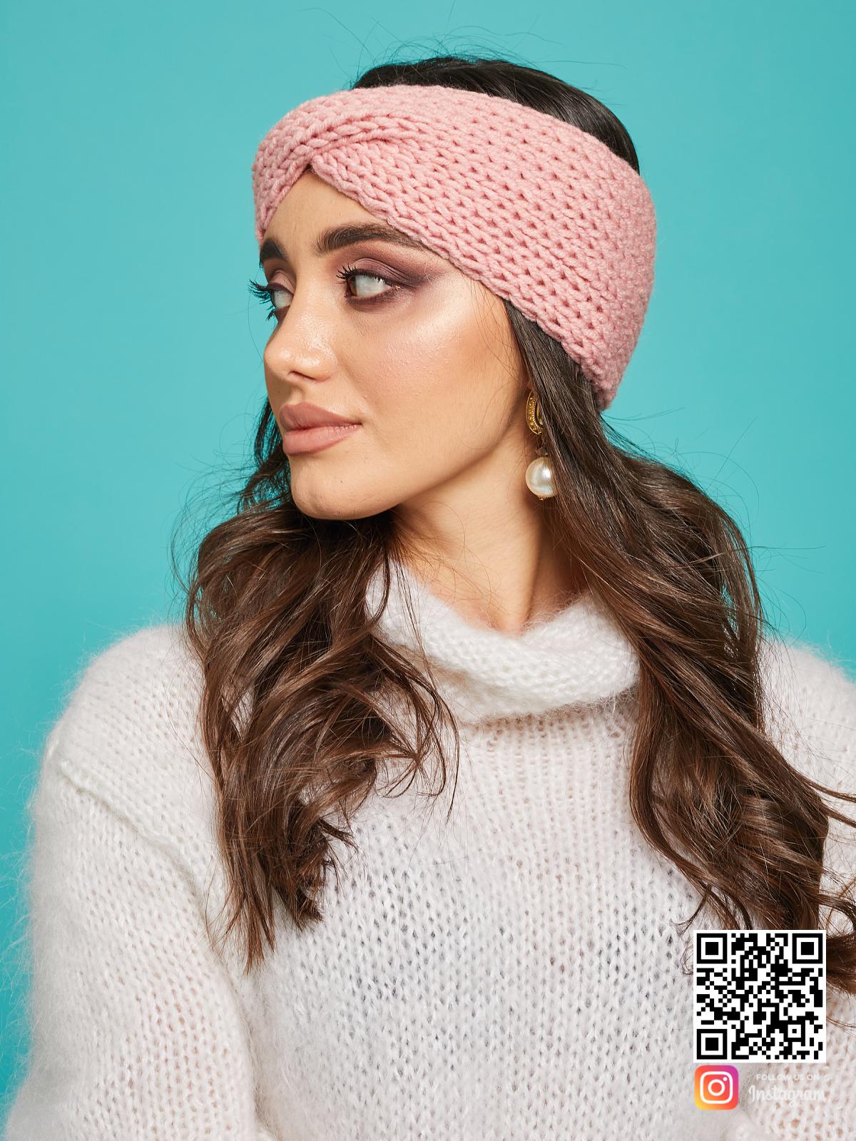 На второй фотографии женская розовая повязка на голову от Shapar, бренда вязаной одежды ручной работы в интернет-магазине связанных спицами вещей.