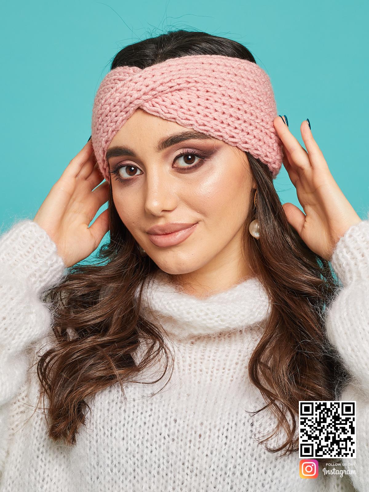 На фотографии розовая повязка на голову от Shapar, бренда вязаной одежды ручной работы в интернет-магазине связанных спицами вещей.