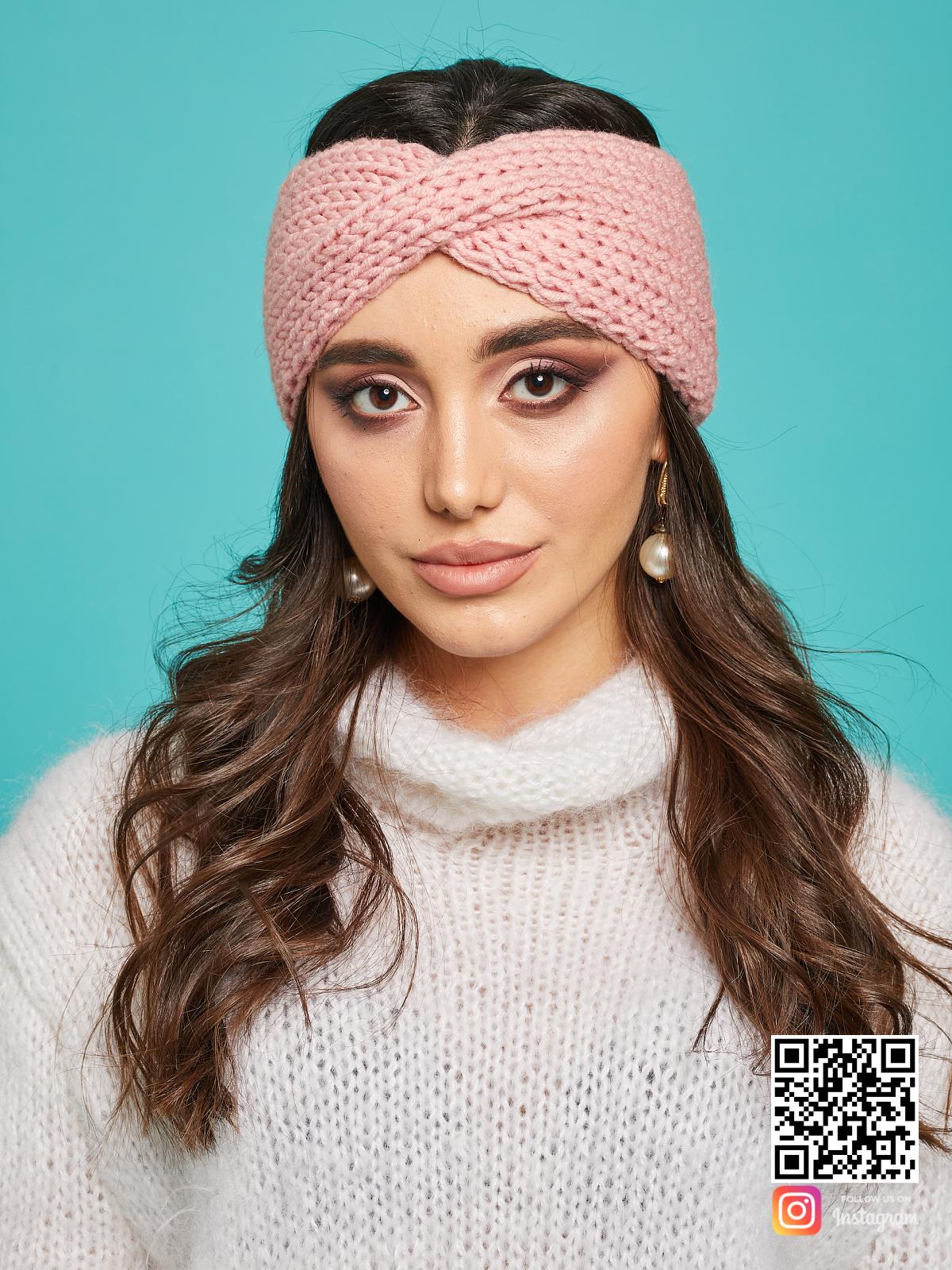 На четвертой фотографии теплая нежно-розовая повязка на голову от Shapar, бренда вязаной одежды ручной работы в интернет-магазине связанных спицами вещей.
