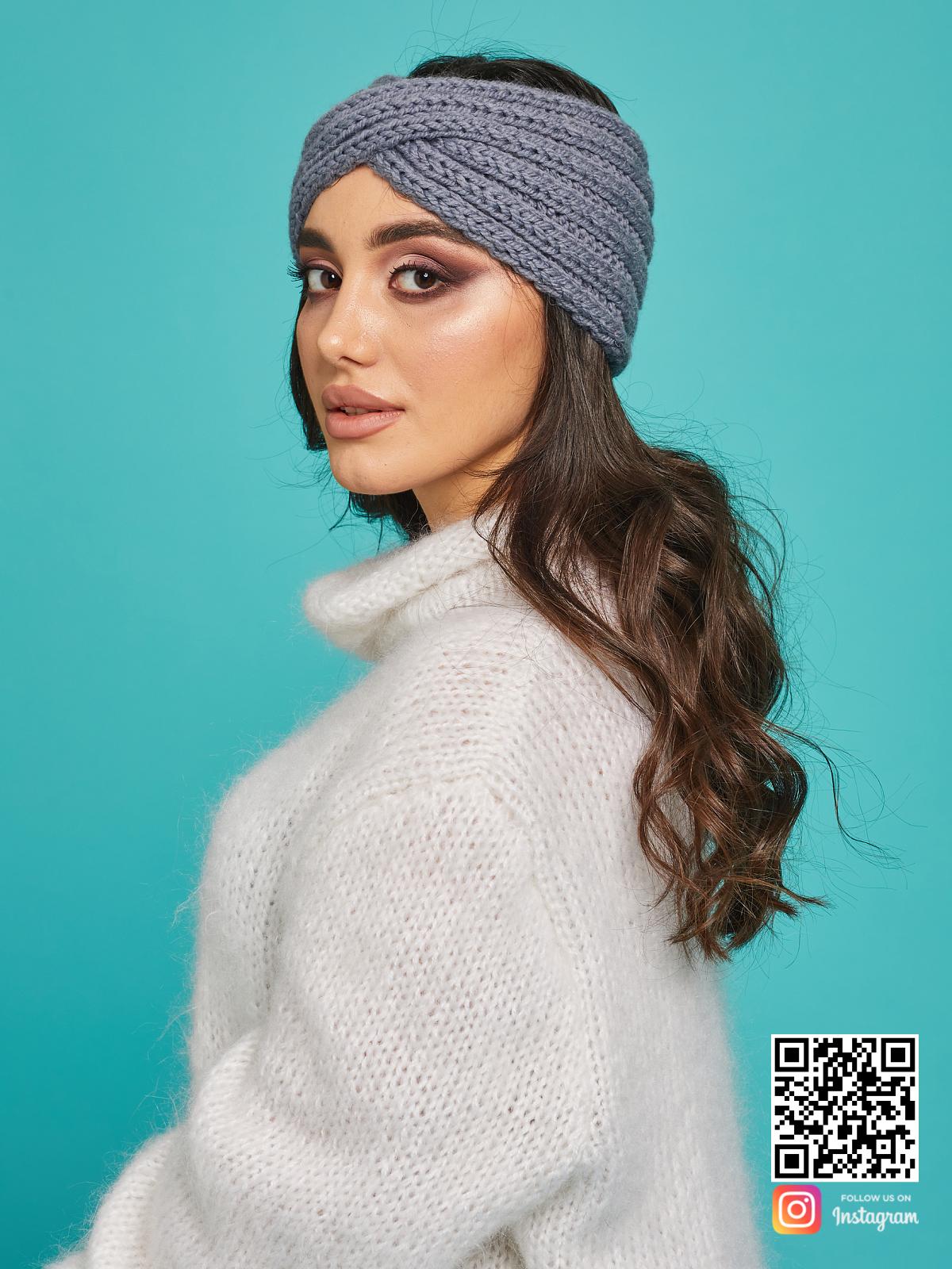 На третьей фотографии теплая серая повязка на голову для девушек от Shapar, бренда вязаной одежды и головных уборов ручной работы в интернет-магазине связанных спицами вещей.