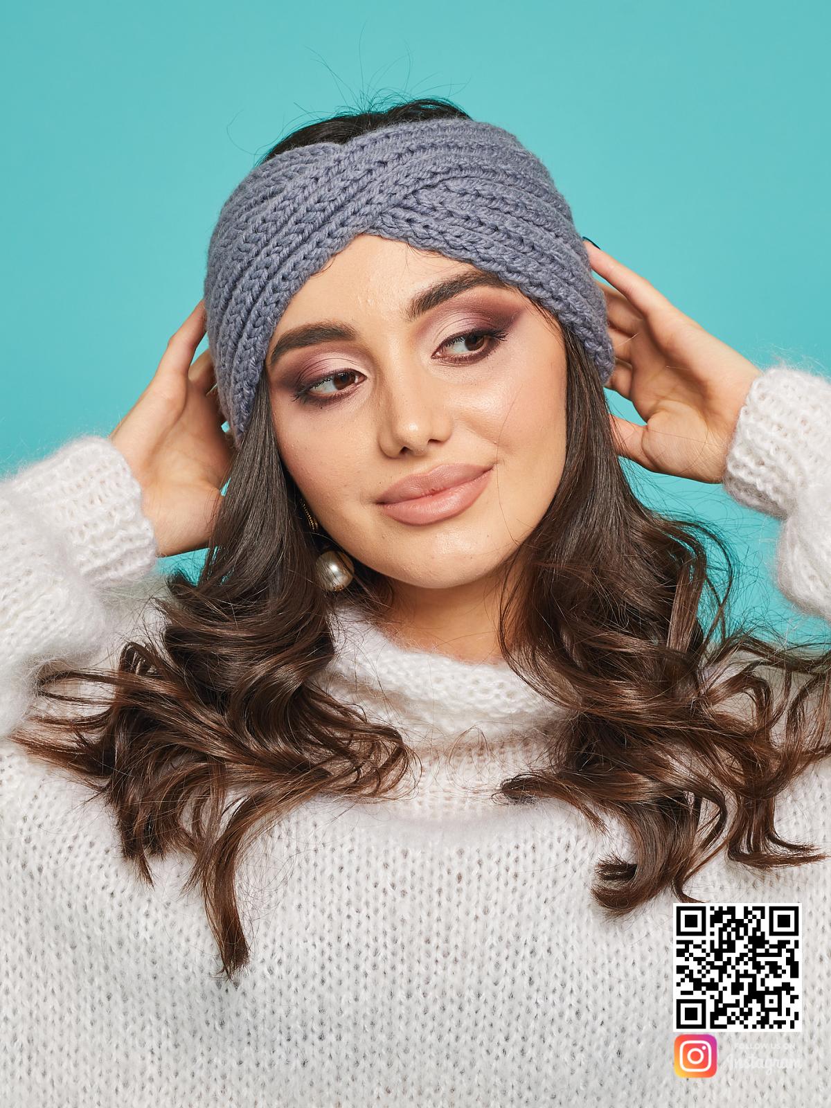 На четвертой фотографии зимняя серая повязка на голову от Shapar, бренда вязаной одежды и головных уборов ручной работы в интернет-магазине связанных спицами вещей.