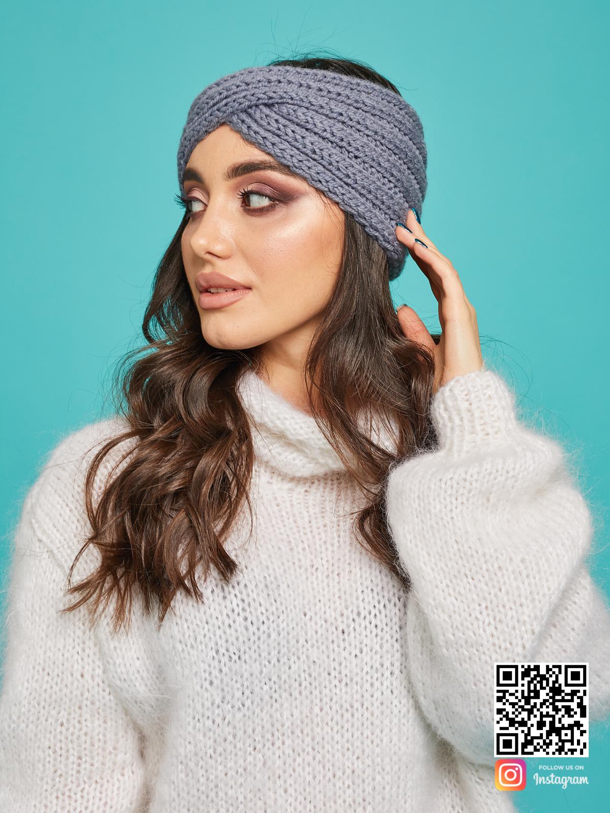 На пятой фотографии модная серая повязка на голову от Shapar, бренда вязаной одежды и головных уборов ручной работы в интернет-магазине связанных спицами вещей.