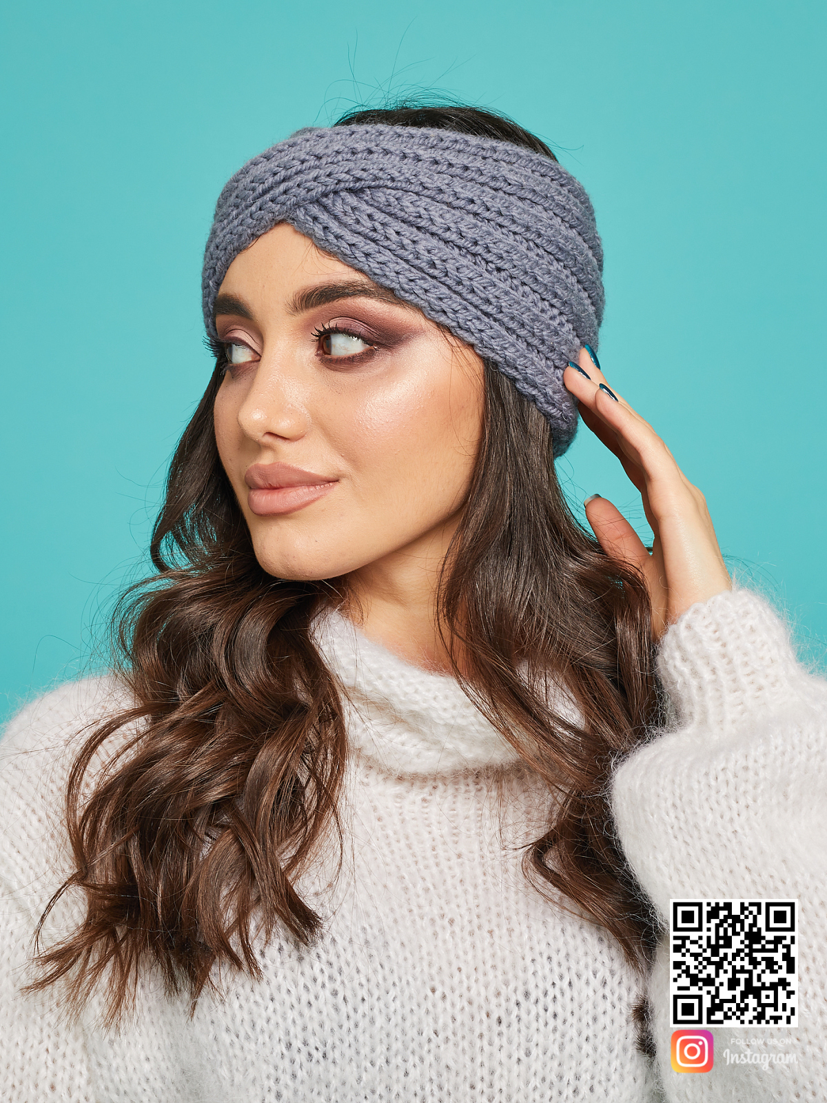 На второй фотографии женская серая повязка на голову от Shapar, бренда вязаной одежды и головных уборов ручной работы в интернет-магазине связанных спицами вещей.