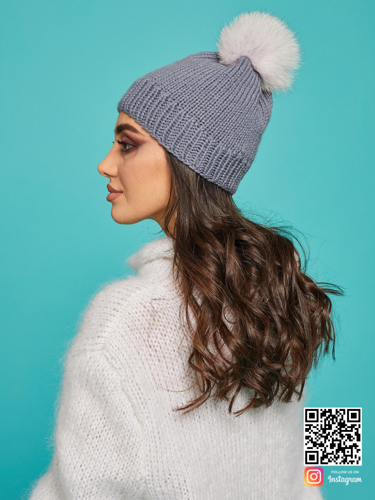 На третьей фотографии серая шапка с помпоном из натурального меха от Shapar, бренда вязаной одежды ручной работы в интернет-магазине связанных спицами вещей.