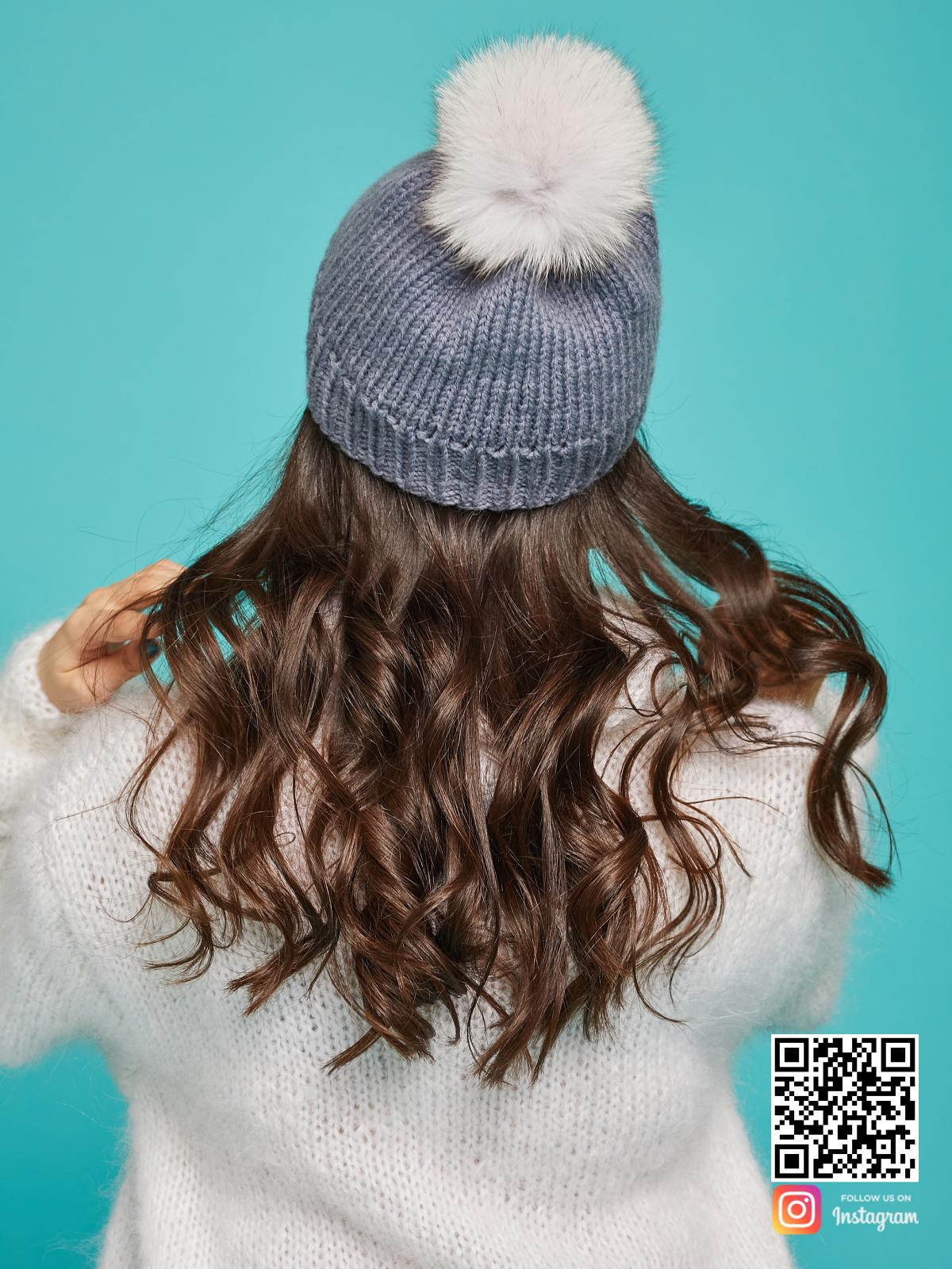 На четвертой фотографии серая шапка с помпоном со спины от Shapar, бренда вязаной одежды ручной работы в интернет-магазине связанных спицами вещей.