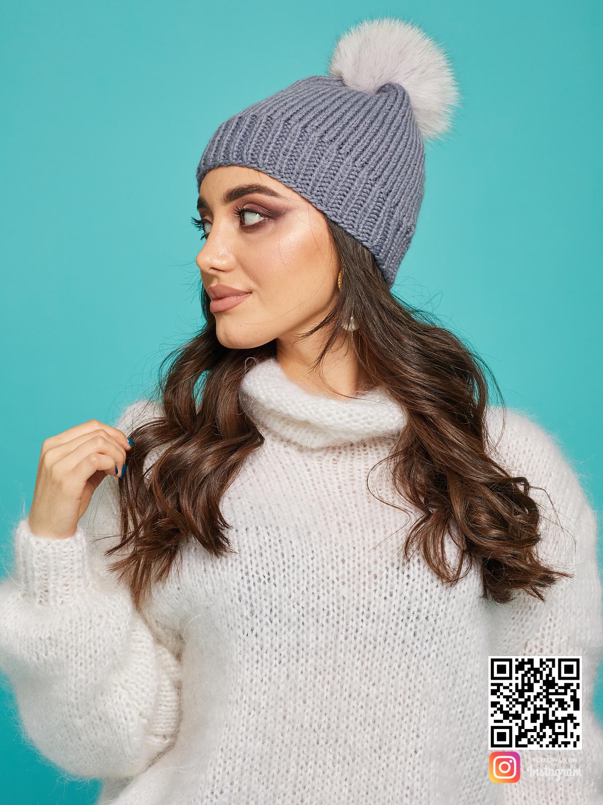 На второй фотографии женская серая шапка с помпоном от Shapar, бренда вязаной одежды ручной работы в интернет-магазине связанных спицами вещей.