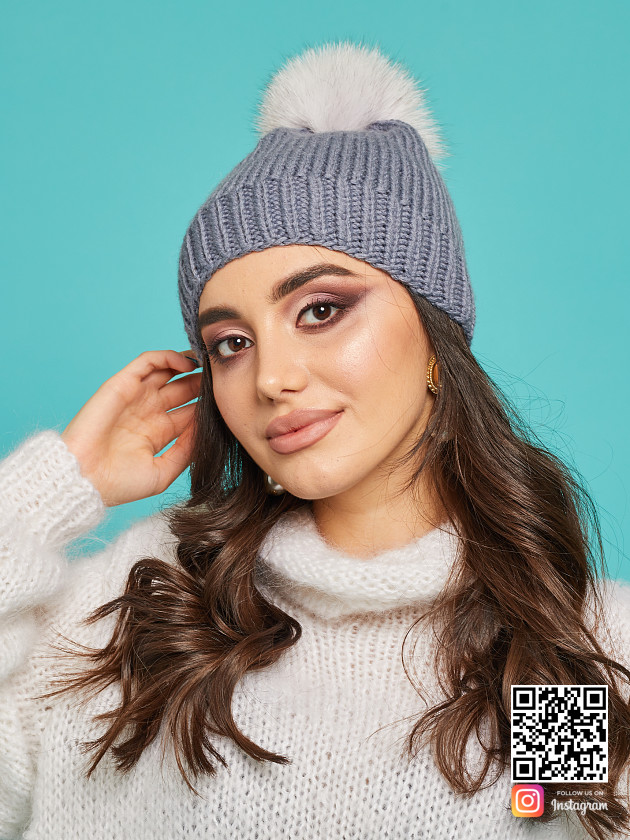 На фотографии серая шапка с помпоном от Shapar, бренда вязаной одежды ручной работы в интернет-магазине связанных спицами вещей.
