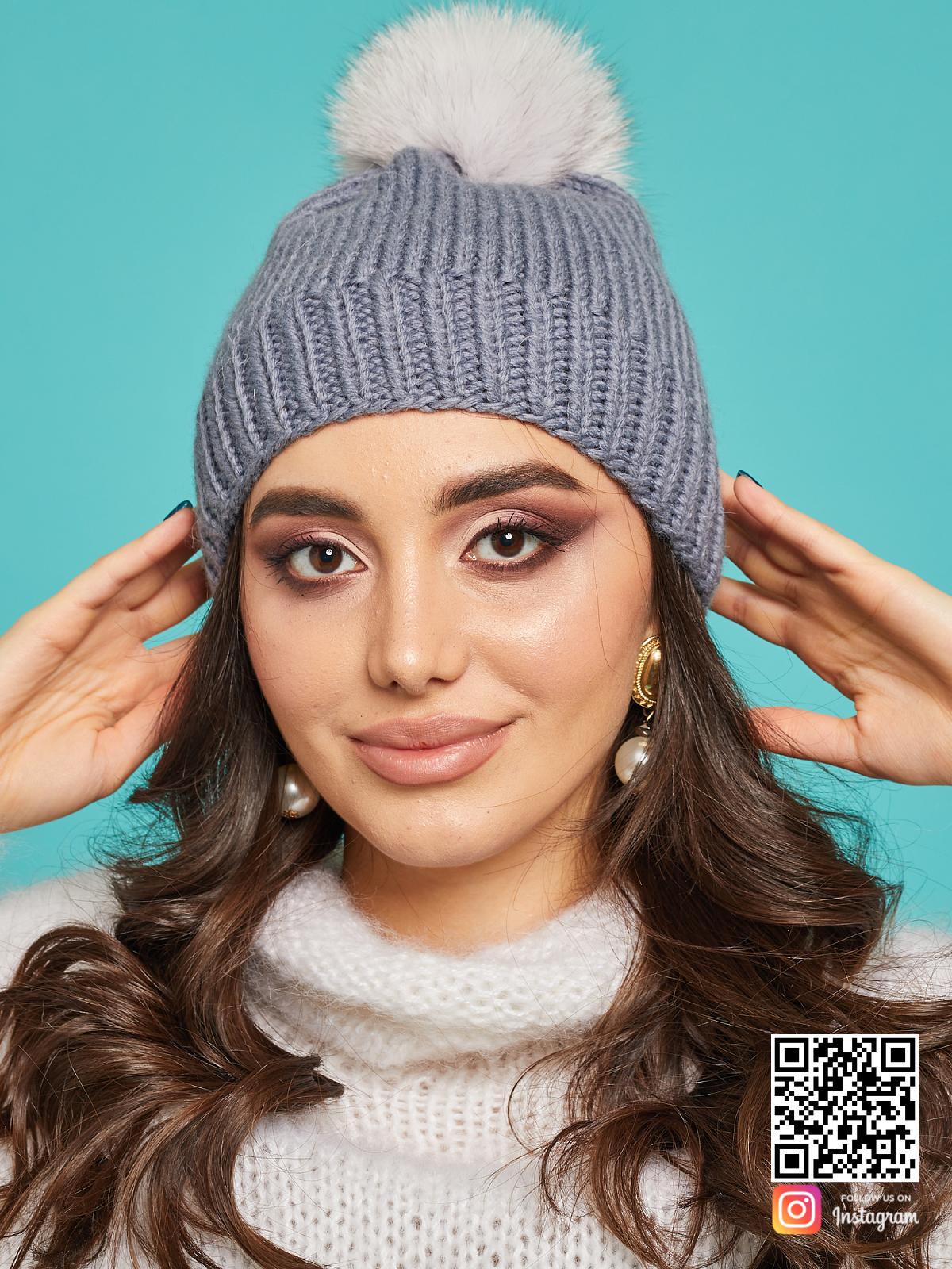На пятой фотографии теплая серая шапка с помпоном от Shapar, бренда вязаной одежды ручной работы в интернет-магазине связанных спицами вещей.