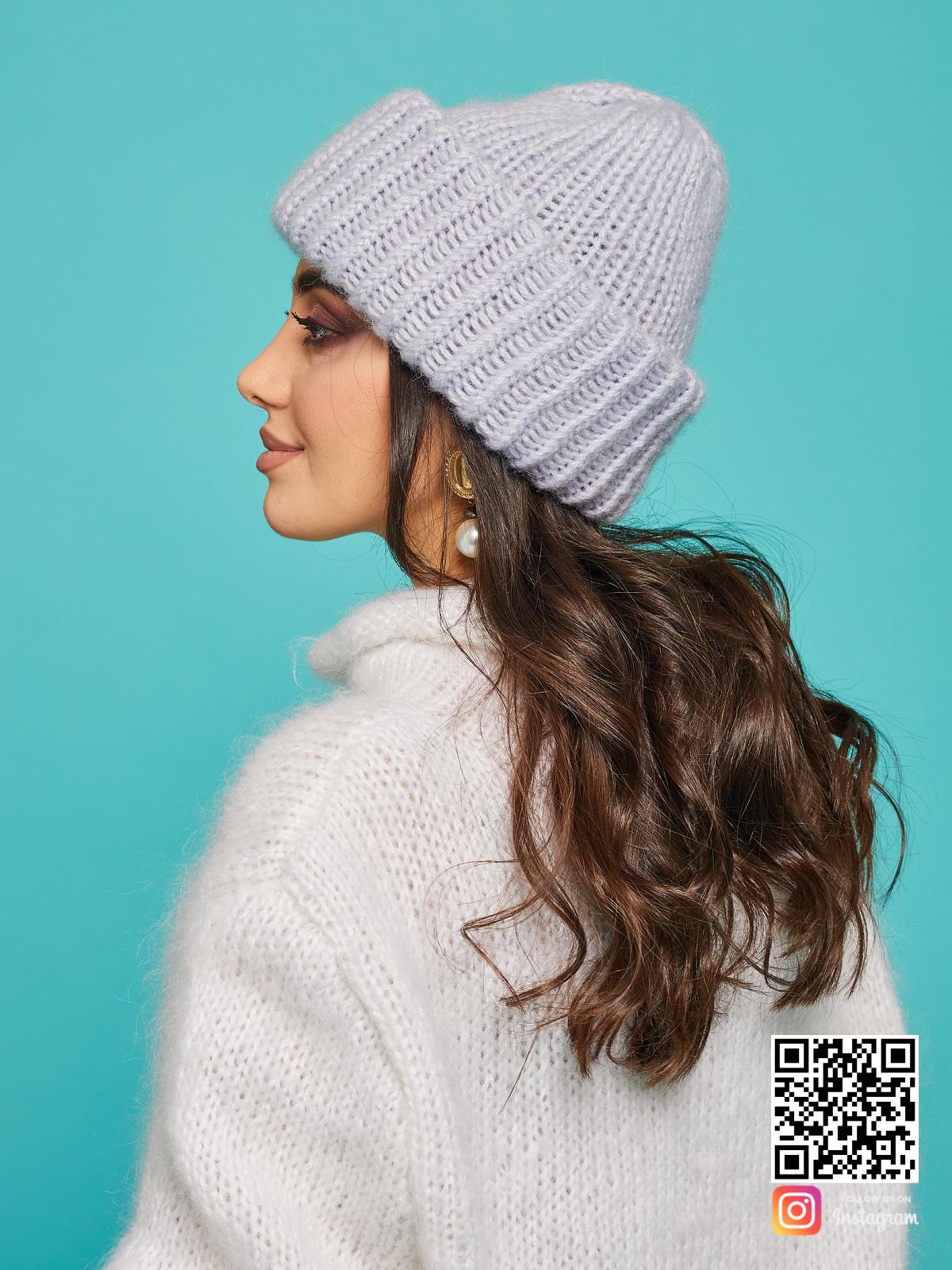 На четвертой фотографии серая вязаная шапка для девушек от Shapar, бренда одежды и головных уборов ручной работы в интернет-магазине связанных спицами вещей.